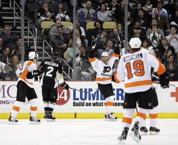 Ville Leino (w środku) zdobył gola dla Philadelphii. /AFP