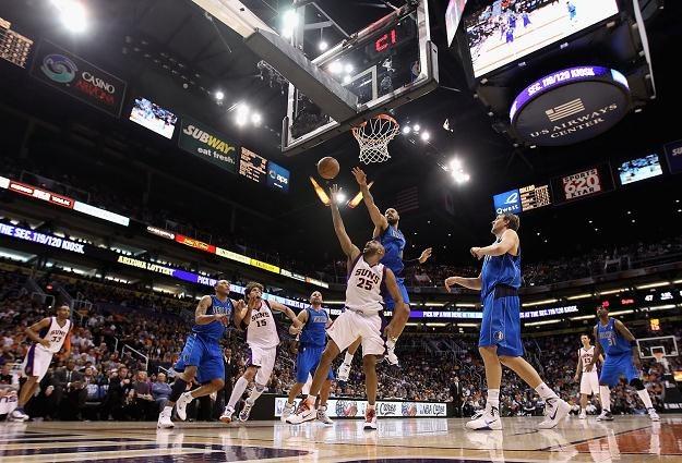 Vince Carter (nr. 25) jest już mocnym punktem Phoenix Suns. Tu w meczu z Dallas Mavericks. /AFP