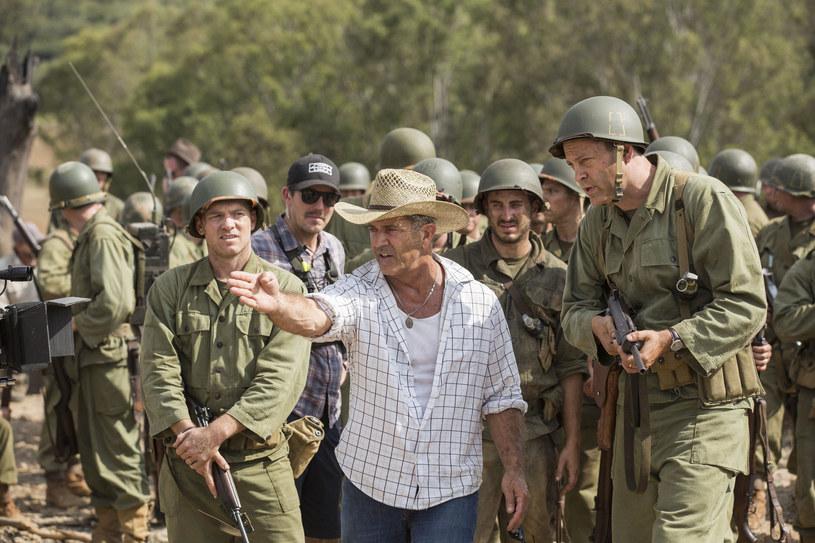 """Vince Vaugh dostaje wskazówki od Mela Gibsona na planie """"Przełęczy ocalonych"""" /materiały prasowe"""