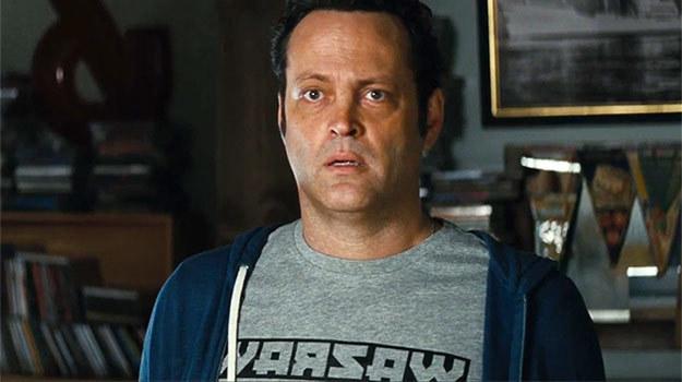 """Vince Vaughn w filmie """"Wykapany ojciec"""" wystąpił w koszulce z napisem """"Warsaw"""". /materiały dystrybutora"""