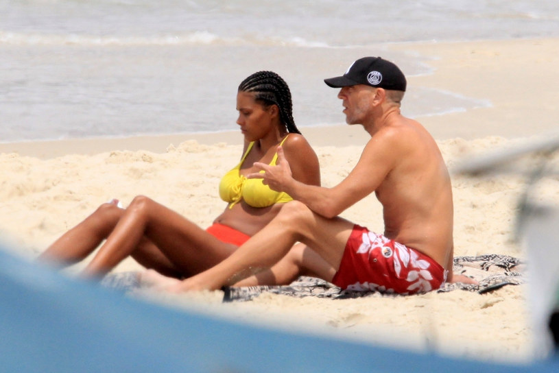 Vincent Cassel i Tina Kunakey na wakacjach /DESI/Backgrid /East News