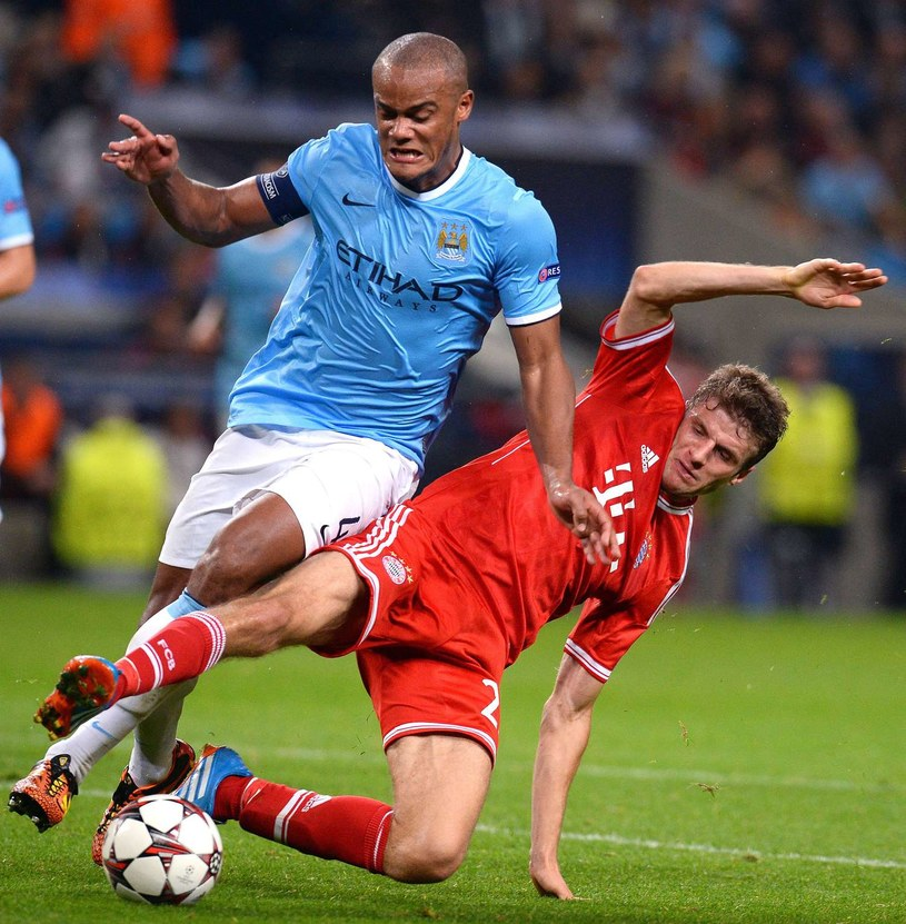 Vincent Kompany dyryguje defensywą Manchesteru City /AFP