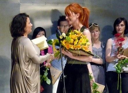 Viola Śpiechowicz wręcza Złotą Nitkę  Peggy Pawłowski/fot.Paweł Kamiński /materiały prasowe