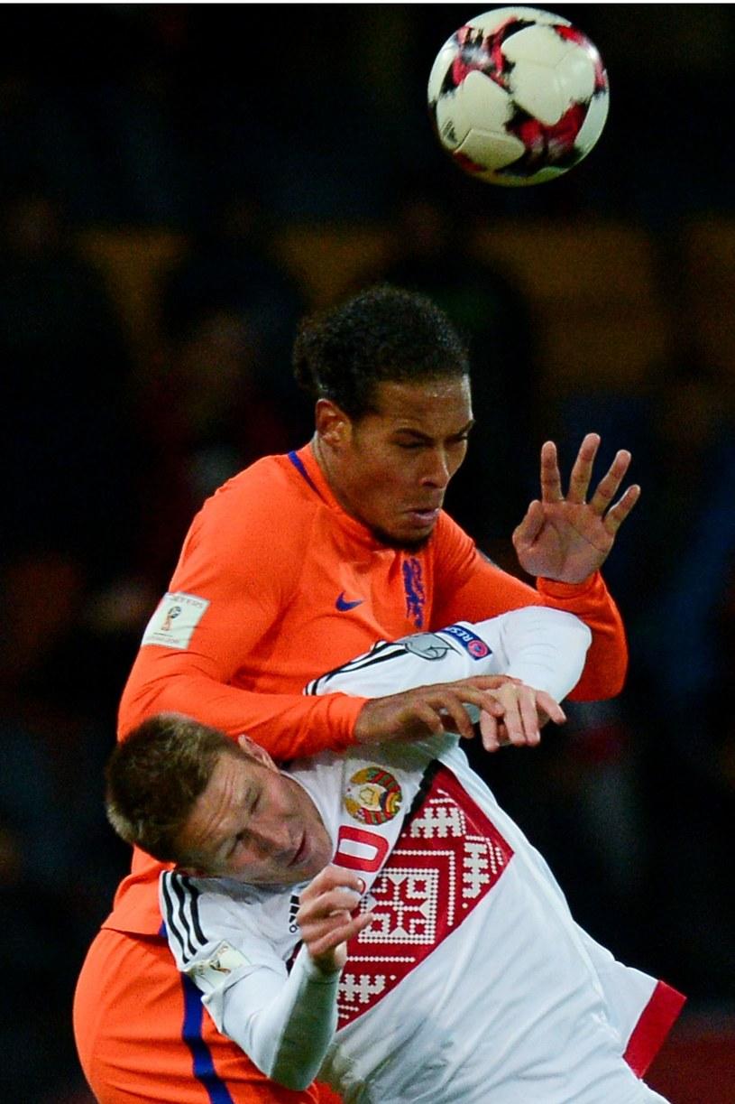 Virgil van Dijk (na górze) podczas meczu reprezentacji Holandii i Białorusii /MAXIM MALINOVSKY  /AFP