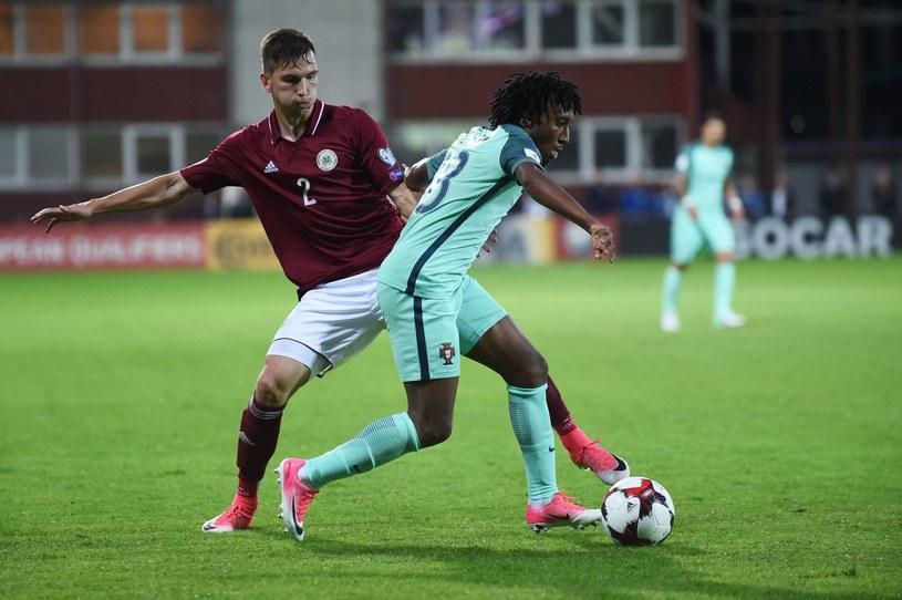 Vitalijs Maksimenko w walce z Gelsonem Martinsem w meczu Łotwa - Portugalia /AFP