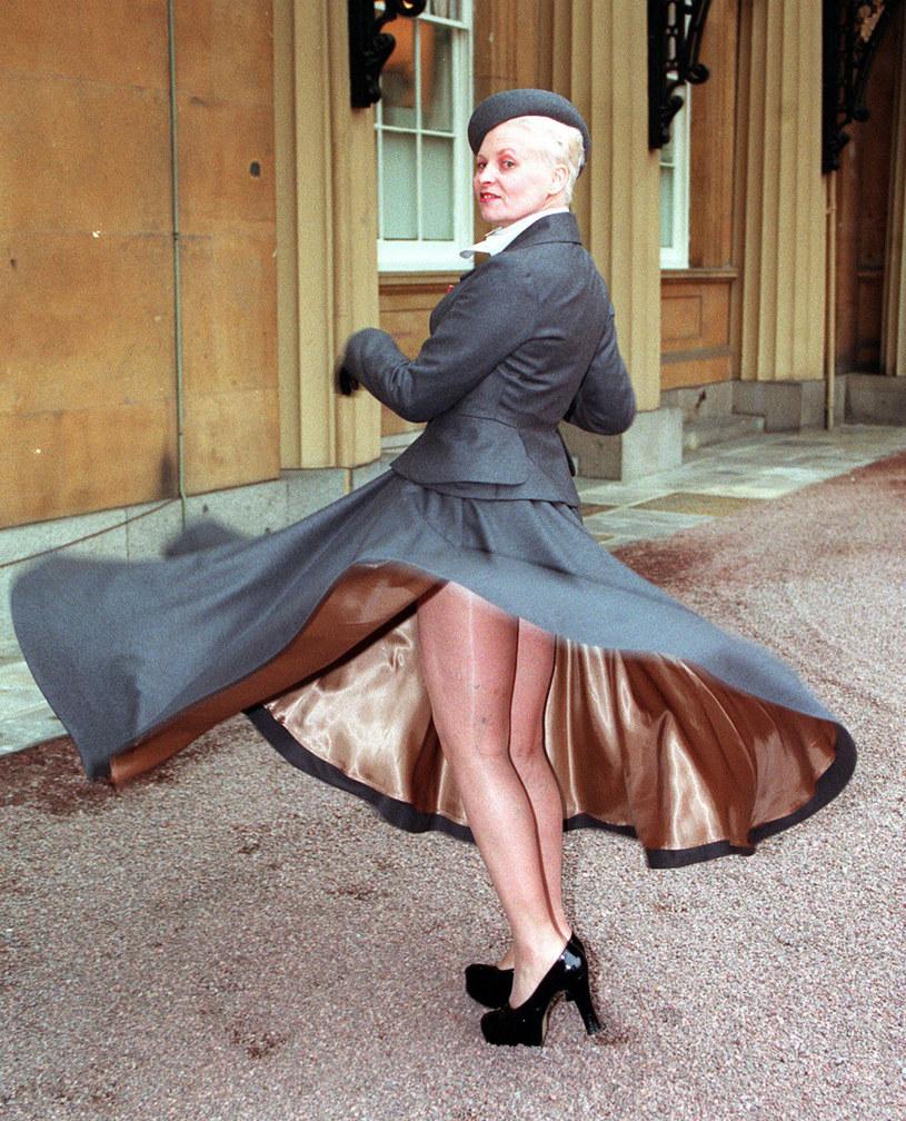 Vivienne westwood udowodniła dziennikarzom, że idąc do pałacu Buckingham, rzeczywiście nie włożyła bielizny /Getty Images