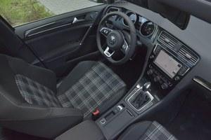 Volkswagen Golf GTD: wnętrze uporządkowane jak w każdym Golfie. W wersjach GTD i GTI kokpit wykończono ciemnym plastikiem z ciekawym wzorem. /Motor