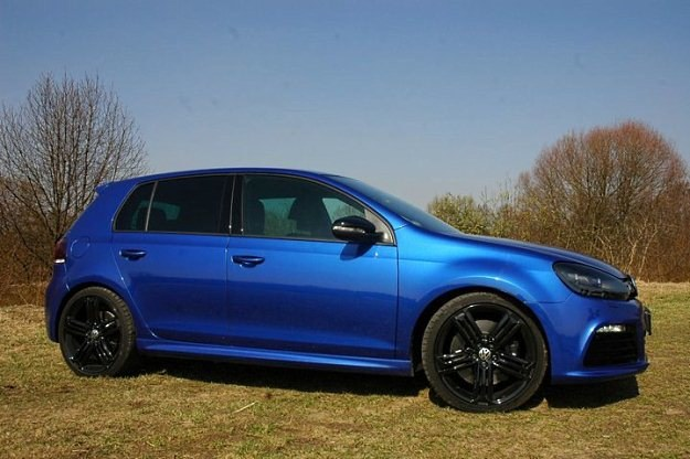 Volkswagen golf R - potężne koła, nakładki na progi i zmieniony zderzak /INTERIA.PL