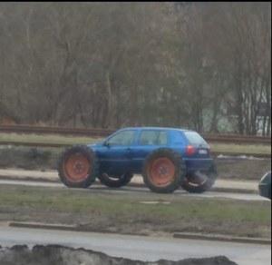 Volkswagen Golf z wielkimi kołami...