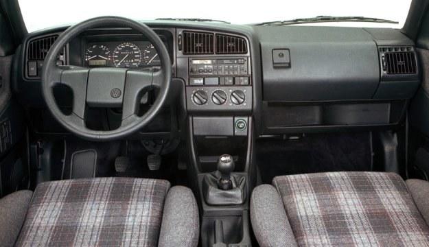 Volkswagen Passat B3 - deska rozdzielcza /Volkswagen
