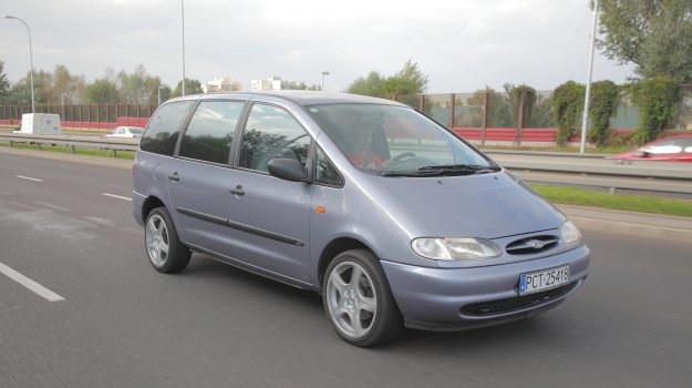Volkswagen Sharan i Seat Alhambra to tak naprawdę identyczne auta różniące się znaczkiem na masce. Ford Galaxy zachował sporo technicznej indywidualności. /Motor