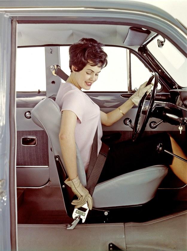 Volvo wprowadza trzypunktowe pasy bezpieczeństwa dla osób siedzących z przodu. Sukcesywnie usprawniane do dziś są podstawowym zabezpieczeniem w czasie podróży autem. /Volvo