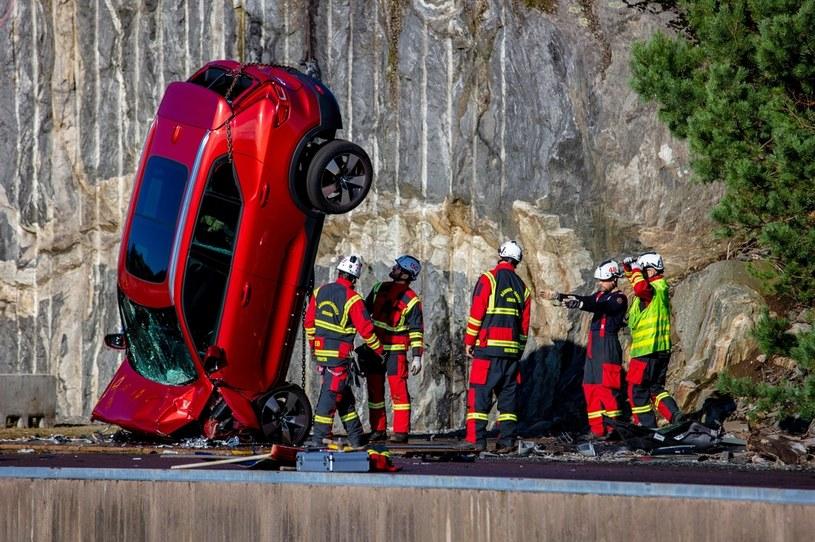Volvo zrzuciło z 30 metrów dziesięć samochodów /