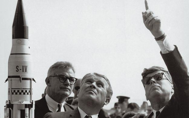 Von Braun w towarzystwie ówczesnego administratora NASA. /NASA