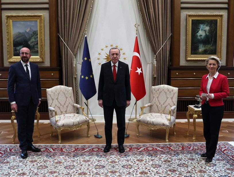 Von der Leyen była zaskoczona, gdy Michel usiadł na jedynym krześle obok Erdogana /PAP/EPA