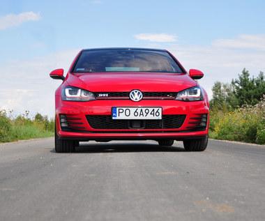 VW Golf GTI z karykaturalnym opisem