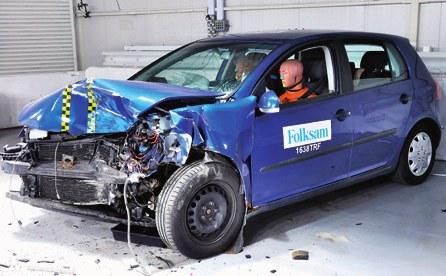 VW GOLF V Nadwozie Golfa miało drobne ogniska korozji, które praktycznie nie wpłynęły na wynik testu zderzeniowego Folksam. /Folksam