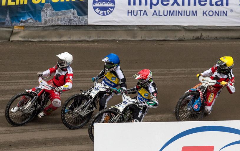 W 1. biegu jadą: Chris Holder (kask czerwony) i Kamil Brzozowski (niebieski) z miejscowego Unibaxu oraz Greg Hancock (żółty) i Krzysztof Buczkowski /Tytus Żmijewski /PAP