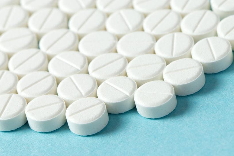 W 100 ml wody rozpuść ok. 15 tabletek zwykłej aspiryny. Tak powstanie tonik zwalczający zaskórniki /123RF/PICSEL