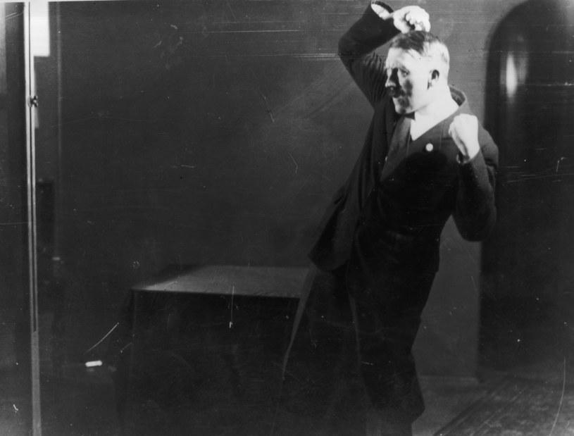W 1925 roku Hitler kazał sfotografować próby swoich przemówień, chciał bowiem zobaczyć, jak jego sylwetka prezentuje się, gdy gestykuluje /Getty Images