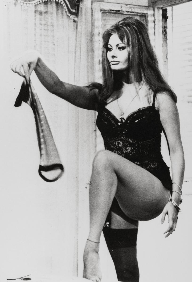 """W 1963 roku sama Sophia Loren wcieliła się w trzy osobowości w filmie """"Wczoraj, dziś i jutro"""" /East News"""