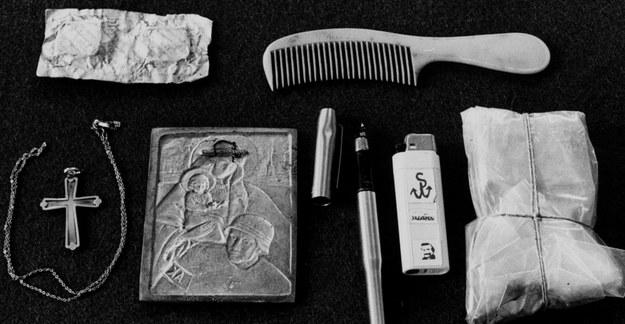 """W 1988 r. MSW oddało osobiste rzeczy i ubranie ks. Jerzego Popiełuszki, które miał przy sobie w momencie śmierci. Była to tekturowa paczka po herbatnikach """"Pinokio"""". Na zdjęciu - zawartość tej paczki /Erazm Ciołek /Agencja FORUM"""