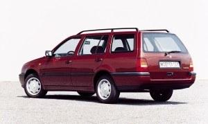 W 1993 roku, równolegle do wersji TDI, zadebiutował pierwszy Golf w wersji kombi, tradycyjnie dla VW nazwany Variant. Bagażnik o poj. 465-1425 l. /Volkswagen