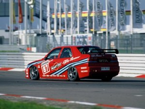 W 1993 roku specjalna wersja przygotowana do DTM wywalczyła Mistrzostwo Świata. /Alfa Romeo