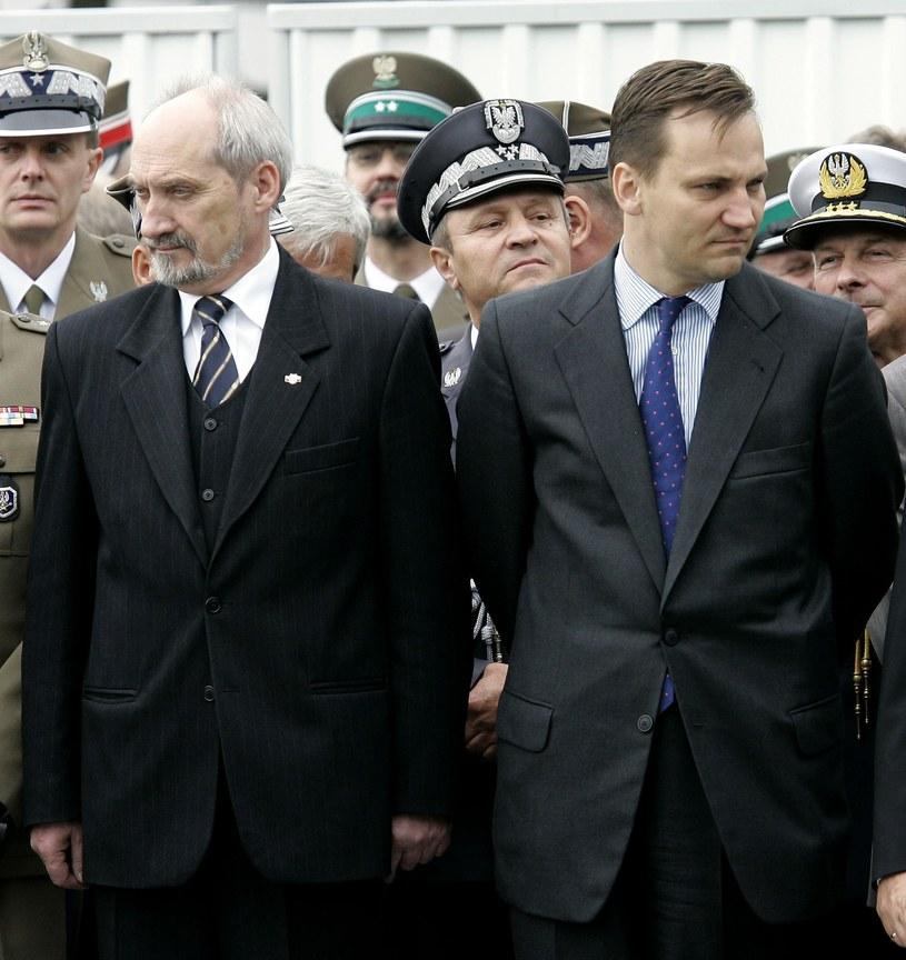 W 2006 r. Macierewicz i Sikorski nie mieli jeszcze problemu ze staniem ramię w ramię na uroczystościach /Rozbicki/REPORTER /East News