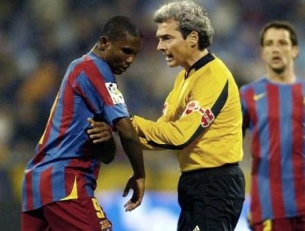 W 2006 roku Samuel Eto'o chciał opuścić boisko, gdy z trybun w Saragossie obrażali go rasiści /AFP