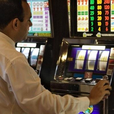 W 2008 roku Polacy na hazard wydali więcej, niż na alkohole wysokoprocentowe i leki /AFP