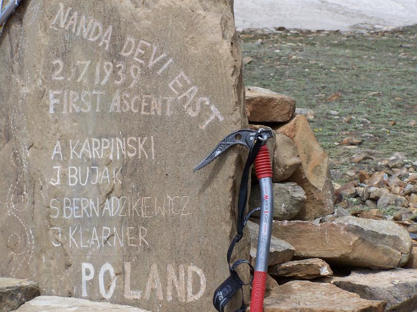 W 2009 roku u podnóża góry postawiono tablicę upamiętniającą pierwszych polskich himalaistów (Archiwum prywatne Magdaleny Bujak-Lenczowskiej) /