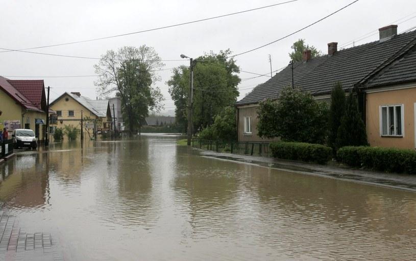 W 2010 roku w Małopolsce przybrała rzeka Raba. Ucierpiały domy w wielu miasteczkach i wsiach /Paweł de Ville /East News