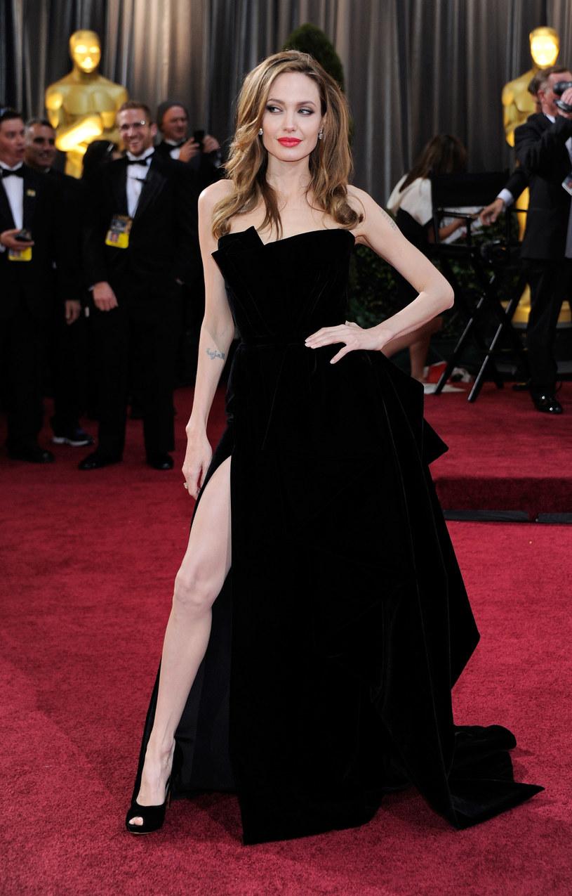 W 2012 r. bohaterką wielkiej gali została Angelina Jolie, a właściwie rozcięcie w jej sukni /Getty Images