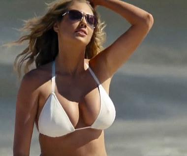"""W 2014 roku na ekrany kin trafiła komedia Nicka Cassavetesa """"Inna kobieta"""" z głównymi rolami Cameron Diaz i Leslie Mann oraz... imponującym biustem Kate Upton.  Najbardziej efektownym momentem filmu jest właśnie scena z Upton w roli głównej, w której jej bohaterka ukazana jest w zwolnionym tempie podczas plażowej przebieżki w bikini.  """"Kiedy przyszła na casting, wypadła znakomicie i nie mieliśmy wątpliwości, że nikt inny nie zagra tej postaci ta dobrze jak ona. Jest piękna i początkowo ma budzić antypatię, ale kiedy się ją pozna, trudno jej nie pokochać"""" - mówiła producentka Julie Yorn."""
