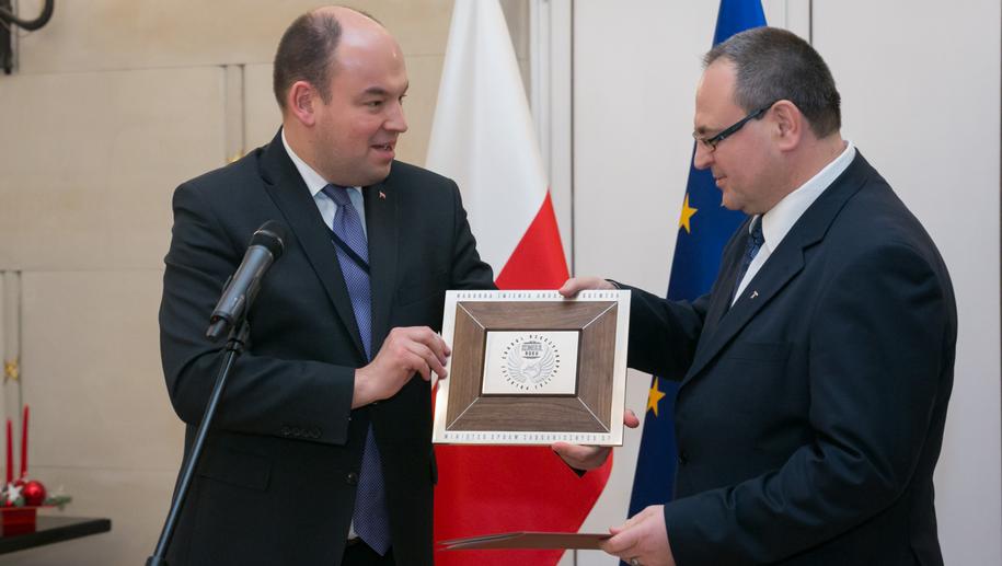 """W 2016 roku Kowalski został """"Konsulem Roku"""" - na zdjęciu z wiceszefem MSZ Janem Dziedziczakiem /MSZ /Materiały prasowe"""