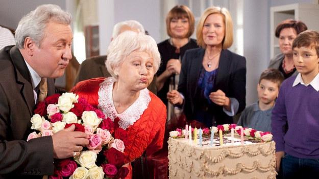 """W 2321. odcinku """"Klanu"""" urządzona zostanie wielka feta w legendarnej willi na Sadybie. Pani Stasia (Kazimiera Utrata-Lusztig) obchodzić będzie 80-te urodziny /- /Agencja W. Impact"""