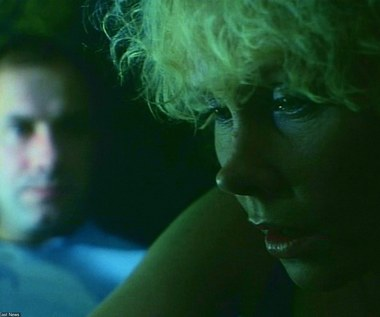 """W 9. części telewizyjnego cyklu Krzysztofa Kieślowskiego """"Dekalog"""", podejmującej temat małżeńskiej wierności, Ewa Błaszczyk stworzyła ekranową parę z Piotrem Machalicą. Film opowiadał historię kardiochirurga w średnim wieku (Machalica), który dowiaduje się, że jest impotentem i nie ma żadnych szans, aby ten stan rzeczy uległ zmianie. Od tego momentu mężczyzna staje się chorobliwie zazdrosny o pracującą w liniach lotniczych żonę Hankę (Błaszczyk).  Grająca Hankę Ewa Błaszczyk miała wówczas 33 lata i była żoną poety i satyryka Jacka Janczarskiego."""