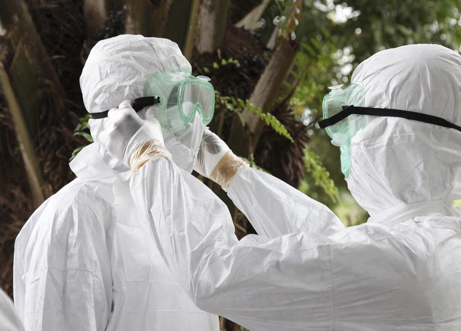 W Afryce 1779 osób jest zarażonych wirusem Ebola, zmarło 961 osób /AHMED JALLANZO  /PAP/EPA