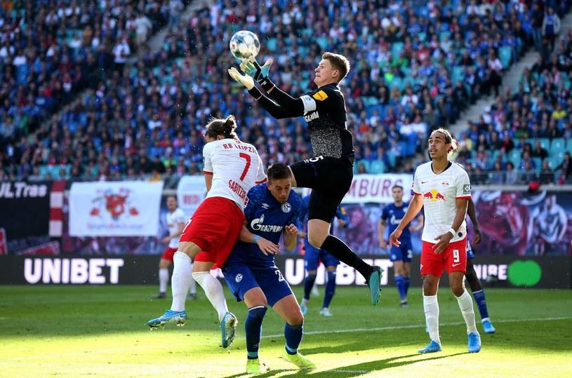 W akcji Alexander Nuebel, wciąż bramkarz Schalke /AFP
