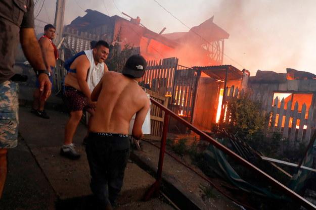 W akcji gaszenia pożaru brało udział dziewięc zespołów strażackich, pięć śmigłowców i dwie cysterny z wodą /LEANDRO TORCHIO /PAP/EPA