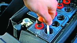 W akumulatorach obsługowych poziom elektrolitu powinien utrzymywać się pomiędzy znakami minimum i maksimum na obudowie. /Motor