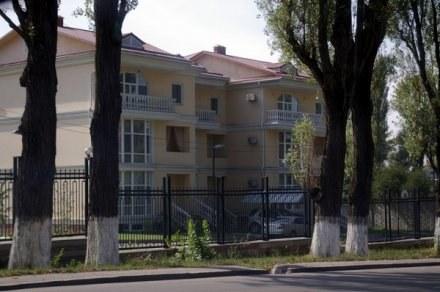 W Ałmaty tamtejsi bogacze mieszkają w takich oto pałacykach /INTERIA.PL