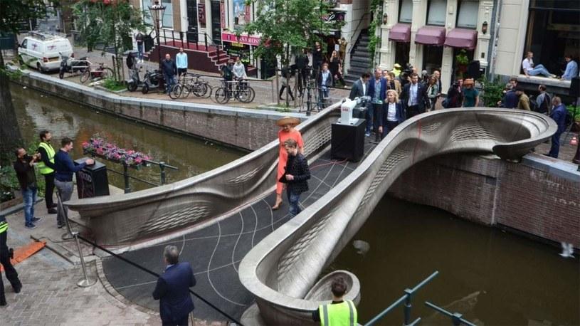 W Amsterdamie powstała pierwsza taka kładka na świecie /materiały prasowe