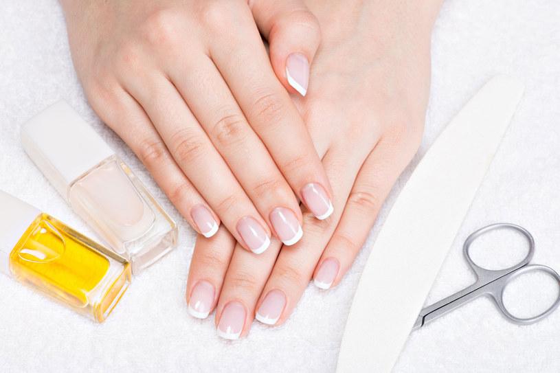 W aptece można kupić odżywki do paznokci. Warto zastosować kuracje wzmacniającą /123RF/PICSEL