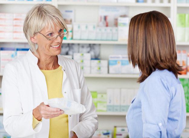 W aptece najlepiej spytaj farmaceutę o tańsze zamienniki leków /123RF/PICSEL
