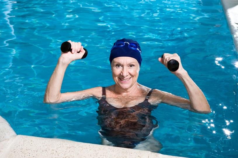 W basenie możesz nie tylko pływać, ale i ćwiczyć /123RF/PICSEL