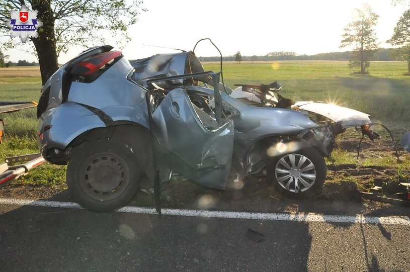 W Bielanach (woj. lubelskie) młody kierowca stracił panowanie nad pojazdem i wjechał w drzewo /Policja