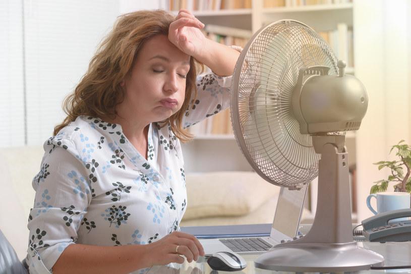 W biurze nie ma klimatyzacji? Po przyjściu do domu zmień ubranie /123RF/PICSEL