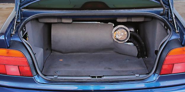 W BMW E39 wnęka na koło zapasowe jest na tyle duża, że bez problemu mieści spory zbiornik na gaz. Użytkownik tego egzemplarza zdecydował się jednak na tradycyjne rozwiązanie. /Motor